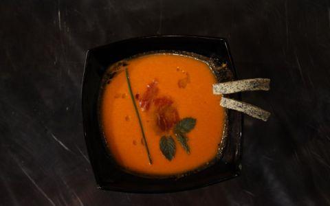 Reteta Valentin Metesan: Salmorejo (supa crema rece cu tortite de couscous si mac)