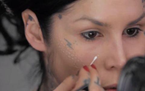 Si-a pictat puncte de fond de ten cu ajutorul unui betisor pentru curatarea urechilor. Cum arata la final - VIDEO
