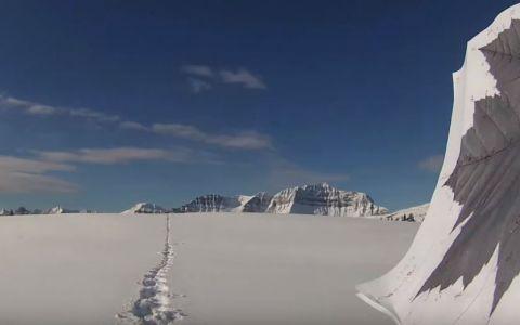 La prima vedere pare un om ratacind prin zapada, dar daca largesti cadrul ai parte de o surpriza de proportii