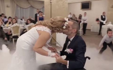 Gestul facut de un mire la nunta a adus lacrimi in ochii invitatilor. Tanarul paralizat i-a oferit miresei o surpriza