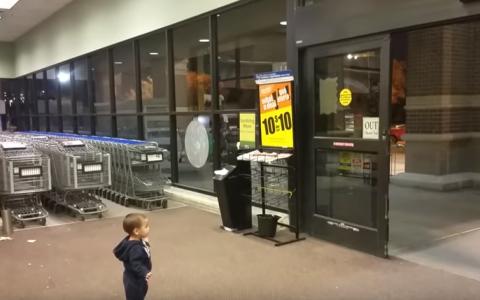 Bebelusul din imagini a vazut pentru prima data niste usi automate. Ce a surprins camera de filmat