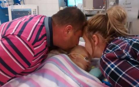 Isi luau adio de la fetita lor. Nici doctorilor nu le-a venit sa creada ce s-a intamplat in secunda urmatoare