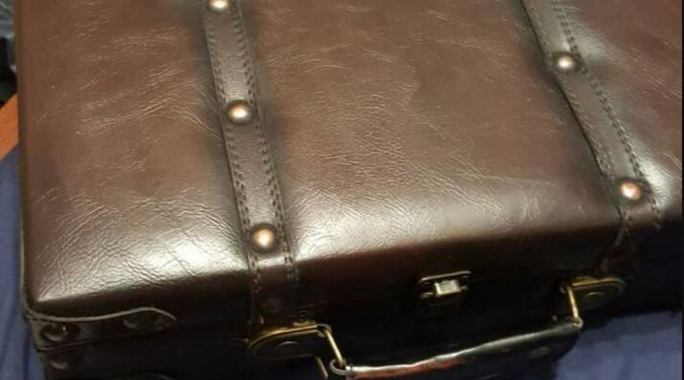 A gasit in casa o valiza despre care nu stia nimic. Ce a descoperit in ea l-a lasat fara cuvinte