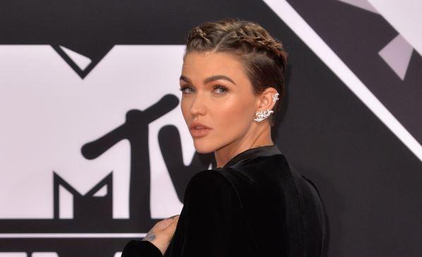 Are un chip angelic, insa este  fata  rea a Hollywood-ului. Ruby Rose sparge barierele look-ului feminin