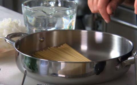 A pus paste nefierte intr-o cratita, iar ce urmeaza transforma preparatul intr-un fel de mancare delicios - VIDEO