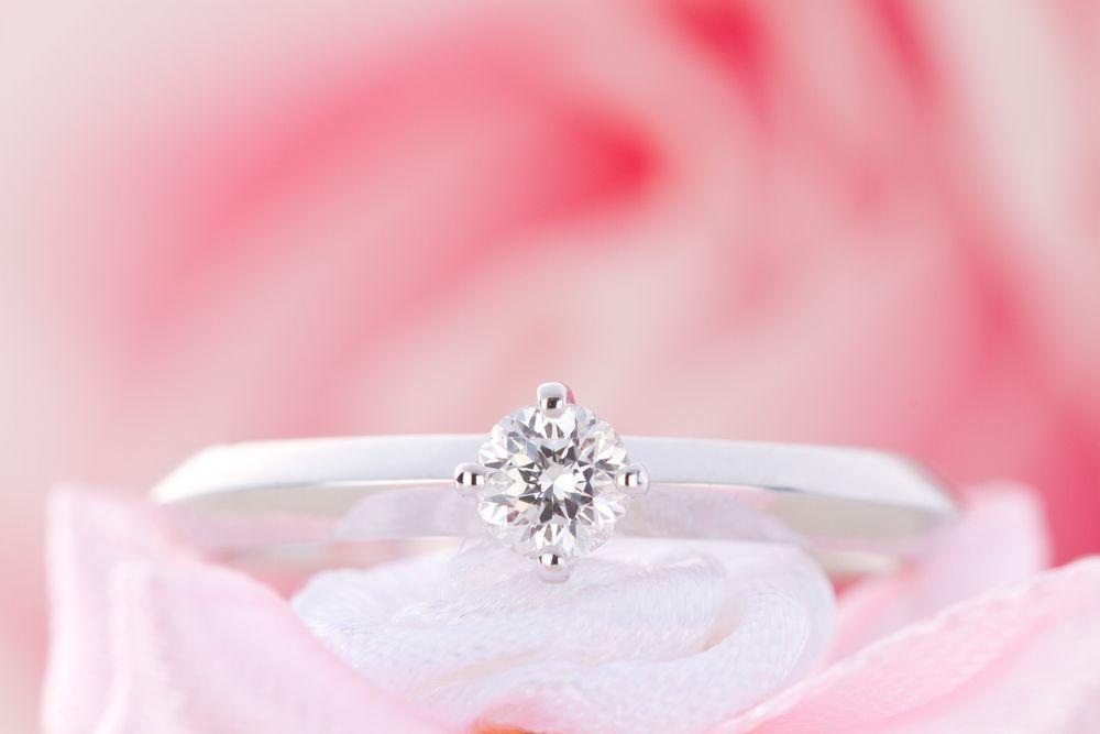 Un barbat a transformat o bucata de metal intr-un inel de logodna superb. Cum arata la final bijuteria