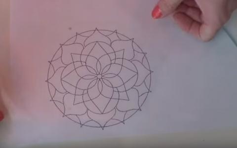 A facut un desen pe foaie, a pus un geam peste si l-a acoperit cu vaselina. Ce urmeaza, transforma total desenul