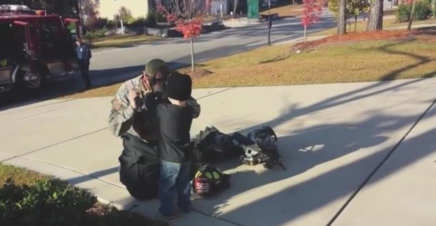 A observat un pompier care s-a oprit sa vorbeasca cu fiul ei. Motivul pentru care a ingenuncheat in fata micutului