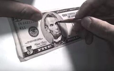 A luat un creion si a inceput sa deseneze pe o bancnota. Rezultatul: complet neasteptat.