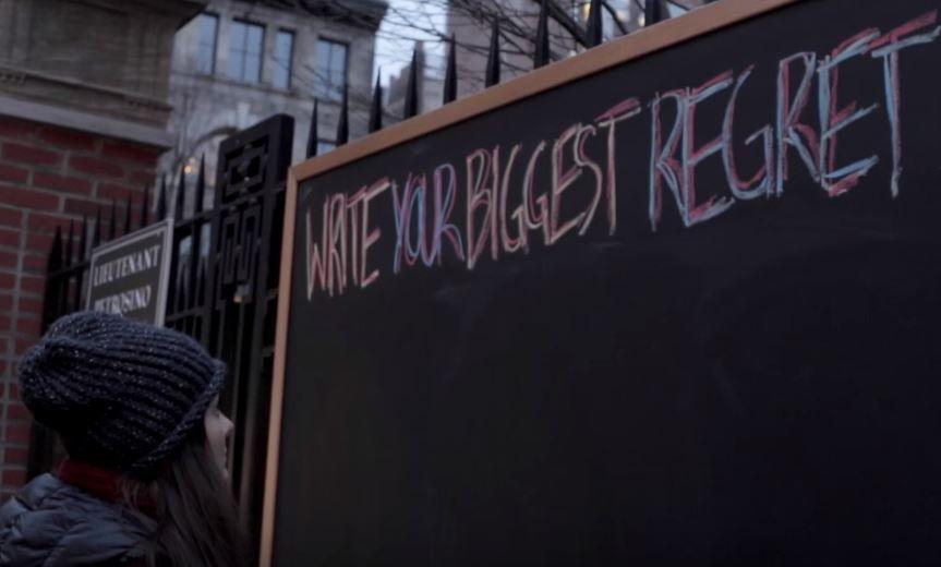 Au pus o tabla in plina strada si i-au lasat pe trecatori sa scrie cele mai mari regrete. Mesajele lor, lectii de viata