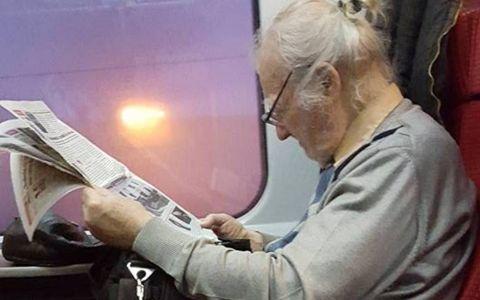 Cine este batranul din tren devenit viral in Romania? Lectia superba predata de acest profesor de 94 de ani