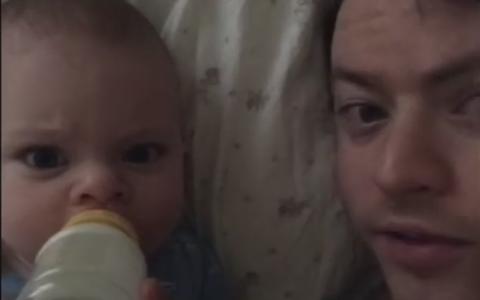 O mama si-a lasat bebelusul in grija tatalui. Cand a primit insa un sms de la sotul sau a ramas fara cuvinte