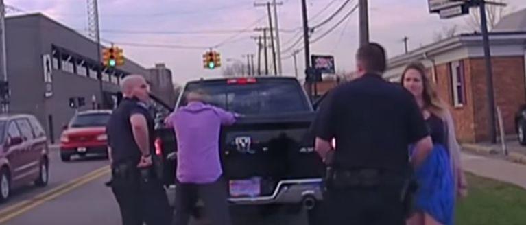 Au fost opriti de o masina de politie si luati la intrebari, dar femeia nu banuia ce se intampla. Ce avea barbatul la el