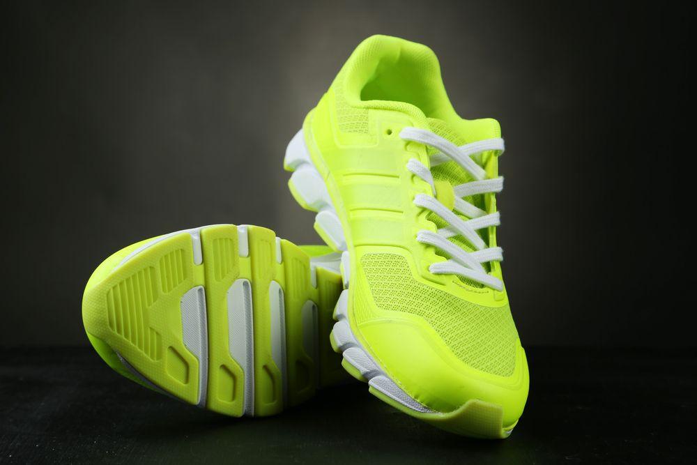 Adevaratul motiv pentru care pantofii sport au o pereche extra de gauri pentru sireturi. La ce folosesc de fapt acestea