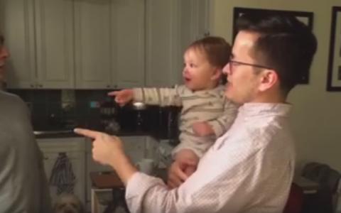 Ce se intampla cand ai un bebelus si un frate geaman. Reactia micutei a amuzat milioane de oameni