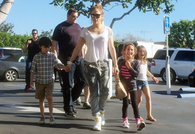 Jennifer Lopez arata ca o diva chiar si in timpul liber. Cum a fost surprinsa cantareata alaturi de cei doi copii