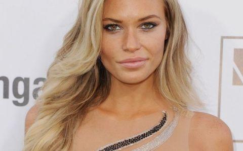 Blonda cu bust perfect. Cum arata tanara care impresioneaza de fiecare data cand apare in public