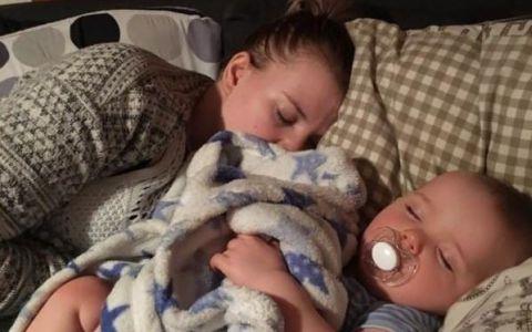 Cand s-a intors acasa de la serviciu si-a gasit iubita si baietelul dormind pe canapea. Reactia barbatului a ajuns viral