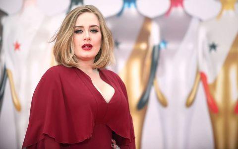 Adele, coplesita de emotii. Reactiile adorabile ale cantaretei pe scena premiilor BRIT
