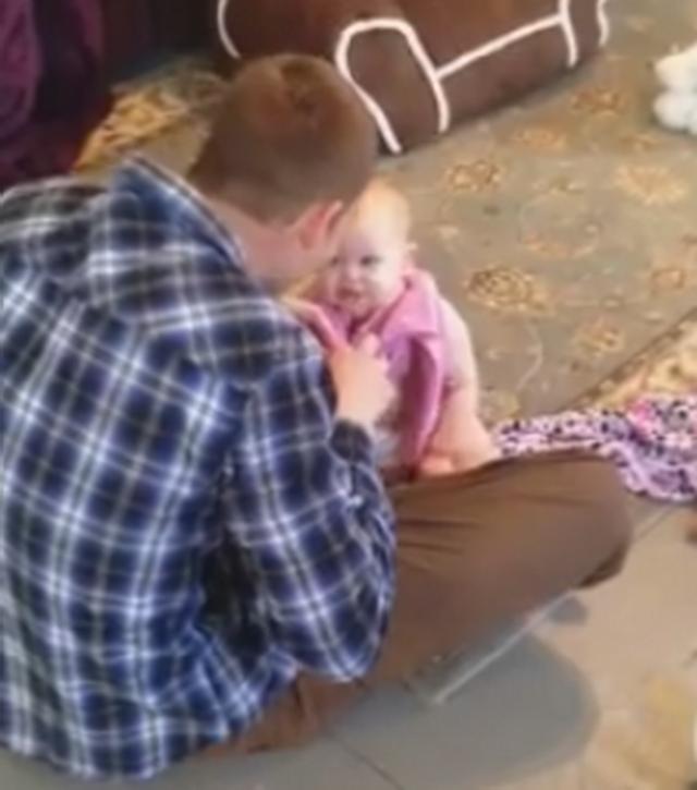 Clipul care a ajuns viral pe internet. Ce se intampla cu acest bebelus la cateva secunde dupa ce tatal ii canta