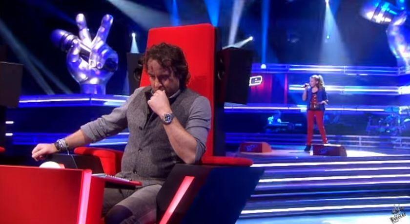 A urcat pe scena si in mai putin de 20 de secunde a intors toate scaunele. Melodia lui Lady Gaga i s-a potrivit perfect
