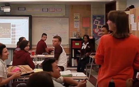 Isi tinea cursul, dar studentii sai au facut ceva iesit din comun. Ce se intampla ca acestia se pun in genunchi