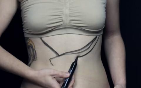 Visa la trupul perfect, asa ca a decis sa isi deseneze linii pe abdomen. Rezultatul este incredibil