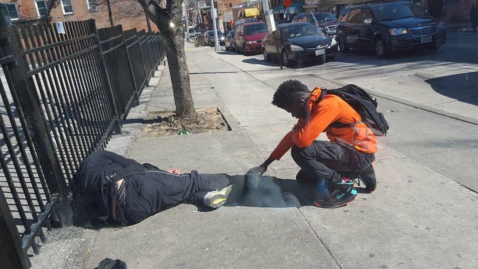 Un politist a vazut un adolescent langa un om al strazii. Ce s-a intamplat cand si-a dat seama ce face de fapt
