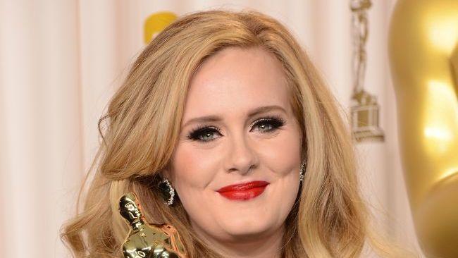 Si-a invitat una dintre fanele din public, pe scena, alaturi de ea! Ce s-a intamplat la unul dintre concertele lui Adele