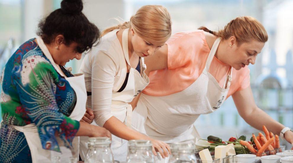 Reteta de tort sarat le-a pus in dificultate, iar Marinela a gresit cel mai mult si a parasit cortul Bake Off Romania