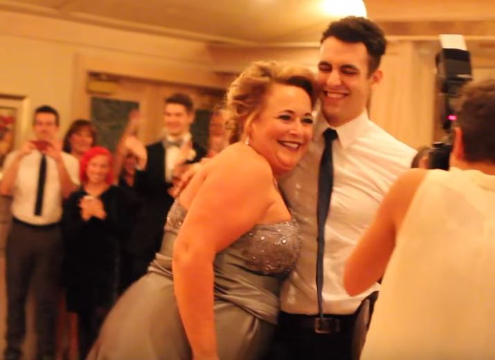 In primele 17 secunde ai impresia ca asisti la un dans banal intre mama si fiu, dar totul se schimba intr-o clipa. VIDEO