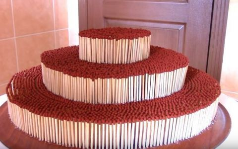 A asezat 7000 de bete de chibrit in forma de tort, iar apoi le-a dat foc. Efectul este spectaculos