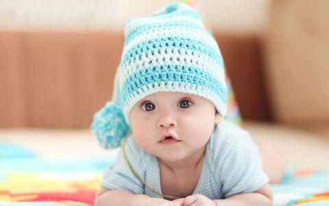 Pare o poza normala, dar bebelusul este cel care le-a captat atentia tuturor. Detaliul care i-a amuzat pe toti