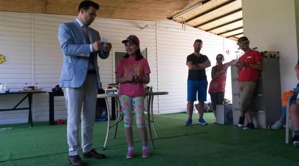 Finalistul sezonului cinci Romanii au talent, magicianul Robert Tudor, le-a facut astazi o surpriza copiilor din tabara MagiCAMP