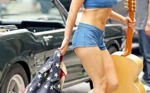Cu abdomenul la vedere. Lady Gaga, aparitie de invidiat pe strazile din New York