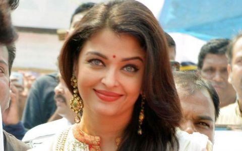 Intruchiparea perfectiunii. Cat de frumoasa este Aishwarya Rai cand se imbraca in costum traditional indian