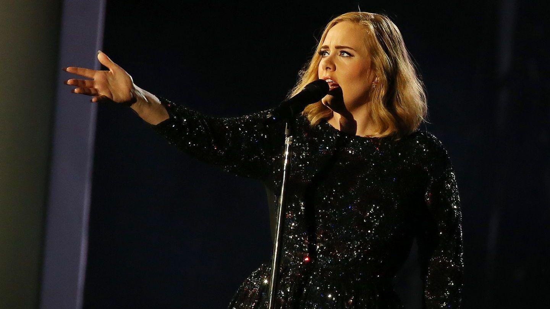 Adele a invitat o fana pe scena, iar ce a urmat e viral. Cine e artista celebra pe care cantareata nu a recunoscut-o