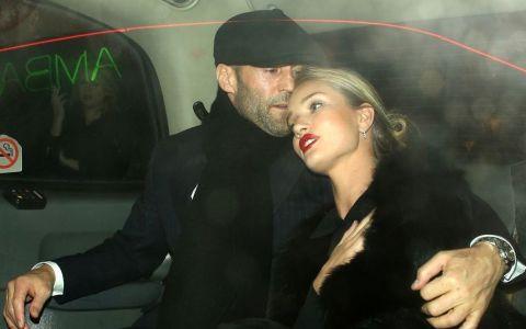 Jason Statham si iubita sa, in ipostaze pe care fanii le adora. Cum au fost surprinsi cei doi in vacanta