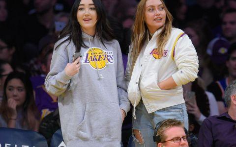 Surorile Cyrus, spectacol in tribune la un meci de baschet. Aparitiile cu care au facut senzatie Noah si Brandi