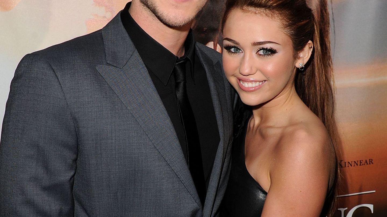 Portret de familie neasteptat pentru Liam Hemsworth si Miley Cyrus. Cum s-au fotografiat cei doi