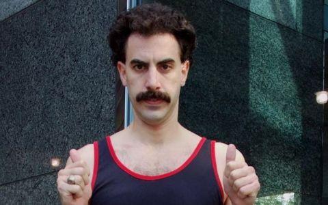 Borat, la plaja, dar nu in costumul care l-a facut faimos. Cum arata alaturi de sotia lui superba, intr-o zi obisnuita