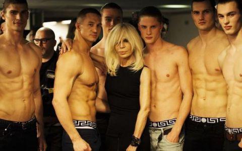Donatella Versace sta ore in sir la sala de sport. Cum arata controversata creatoare de moda la 62 de ani
