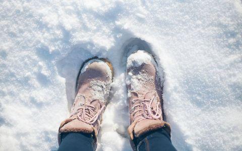 Trucul care te va salva de frigul de afara. Pune asta pe talpile incaltamintei si vei avea picioarele incalzite