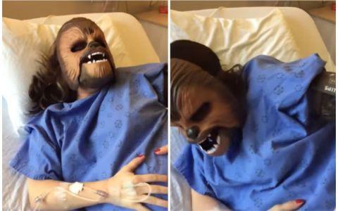 Era in travaliu cand a decis sa poarte o masca a celebrului Chewbacca din Star Wars. Urmeaza 11 secunde de ras garantat
