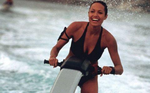 Alicia Vikander preia cel mai sexy rol al Angelinei Jolie. Cum arata in postura de Lara Croft