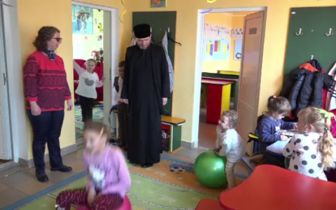 Preotul Vladimir din Razboieni a schimbat viata a sute de suflete. Centrele in care ii ajuta pe copii si pe varstnici