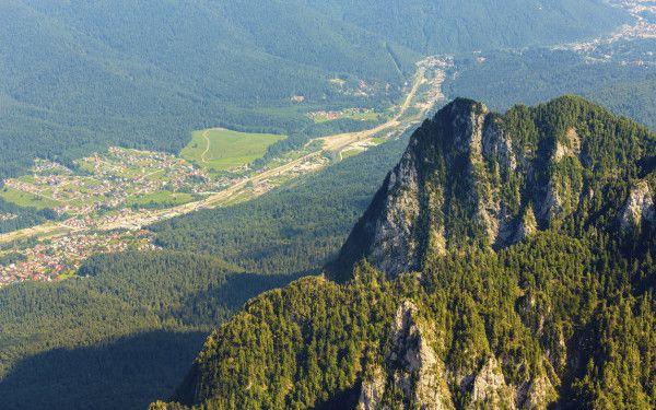 Cascade, chei si biserici. Locul din Romania unde le puteti vizita simultan, sub protectia muntilor si a zaganului