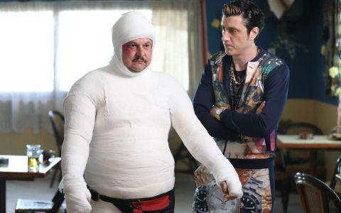 Mihai Bobonete, acoperit complet in gips pentru rolul lui Bobita din Las Fierbinti!