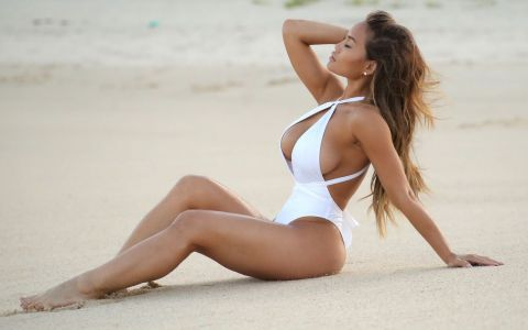 Daphne Joy reuseste sa fie sexy chiar si intr-o tinuta banala. Cum arata incaltarile pe care le-a asortat