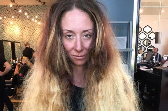 Nu se mai tunsese de ani buni. Cum arata femeia din imagini dupa 7 ore petrecute la salon. Schimbarea e incredibila